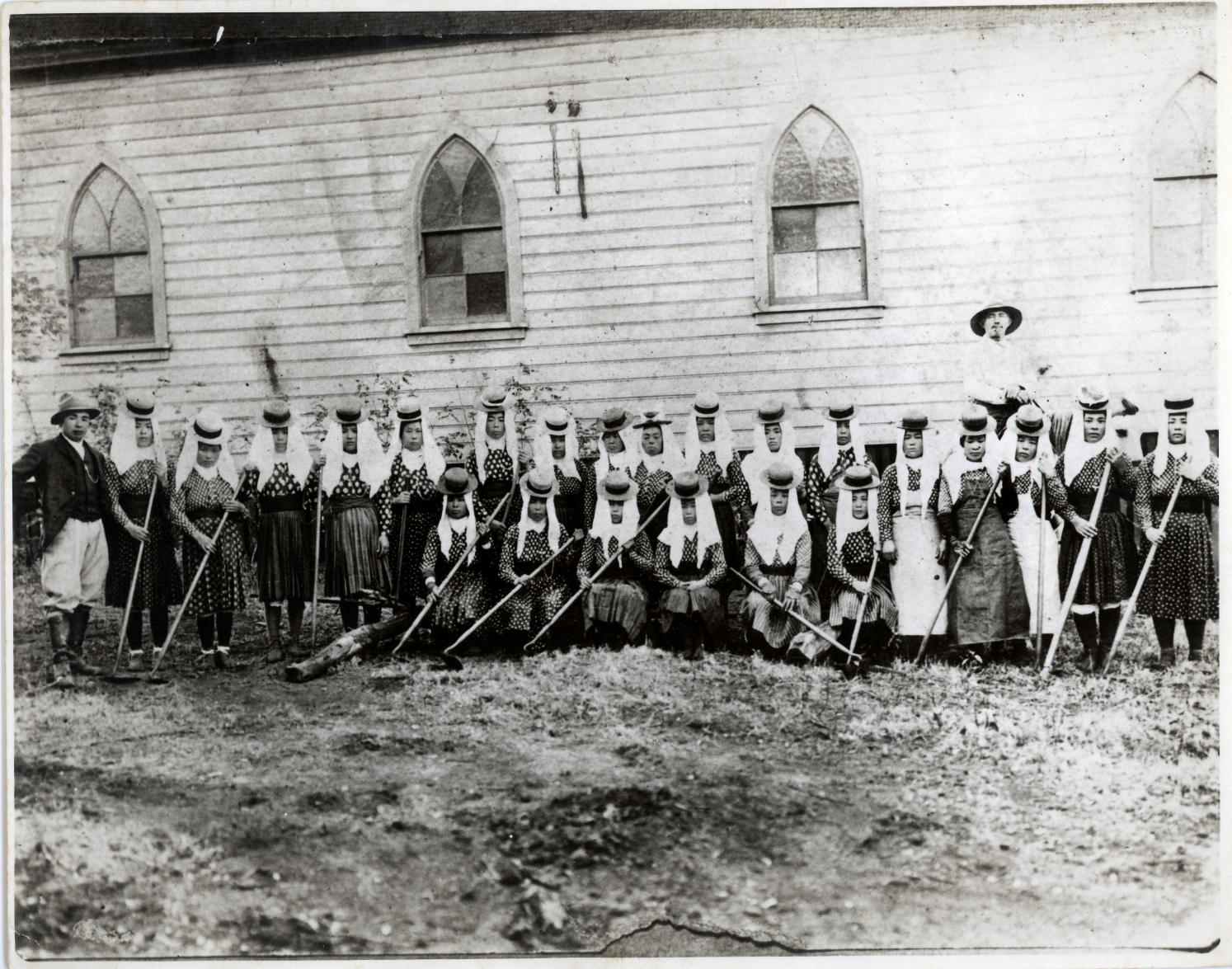 Hoe Hana women posing 1919 (656)