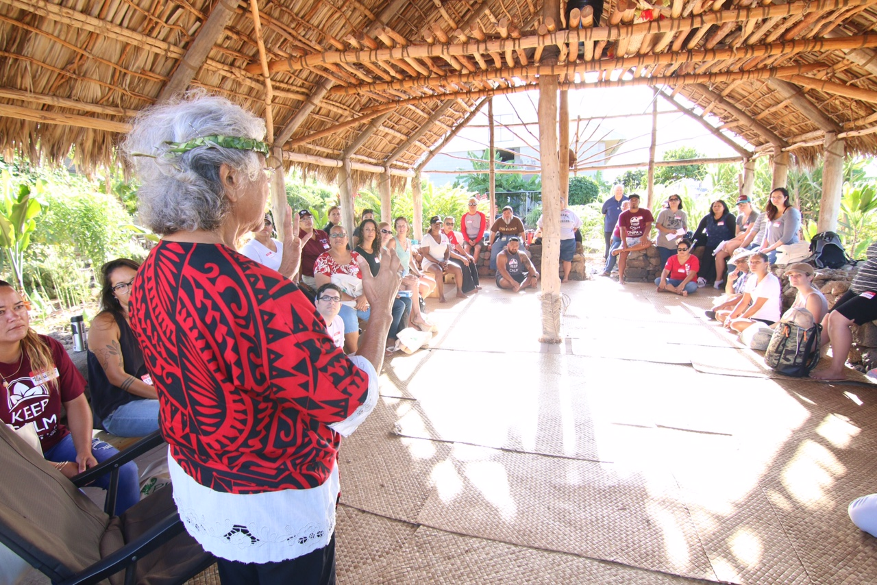 Aunty Lynette Paglinawan addresses participants at Pili ʻĀina day
